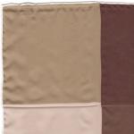 Exceptionnel : soie imprimée quatre coloris, roulotté main, 30x30