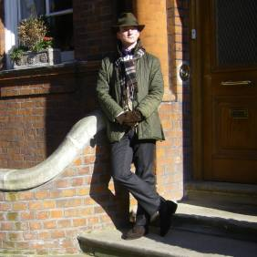 La veste Barbour avec un vieux chapeau Hackett trouvé aux puces.