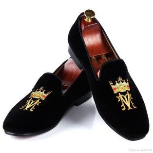 Slippers d'intérieur, forme identique au tassel loafer.